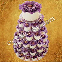decorating wedding cake with real or fresh flowers